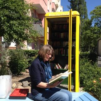 Lesende vor Soldiner Kiez BücherBoXX