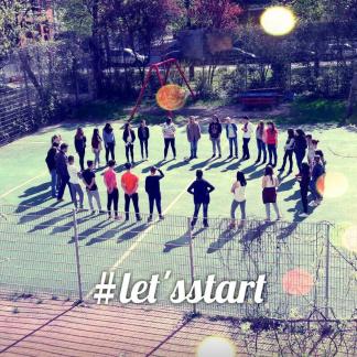 Junge Menschen bilden Kreis auf Sportplatz